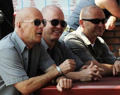 Брюс Уиллис (Bruce Willis) вместе с дублерами Стюартом Ф. Уилсоном (Stuart F. Wilson) и Дэнни Дауни (Danny Downey) на съемочной площадке фильма «Двойной КОПец» (2010).