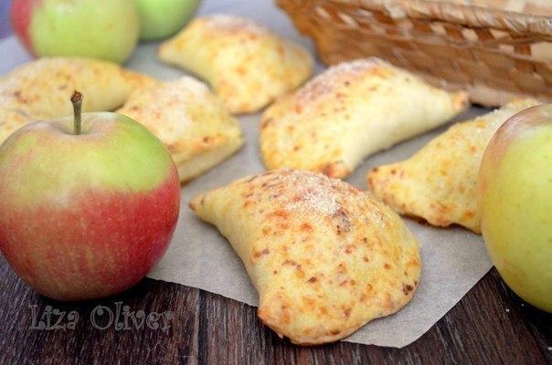 Яблочные пирожки из сырного теста.