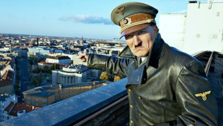 """""""Он снова здесь"""".Актер в образе Гитлера месяц путешествовал по Германии"""