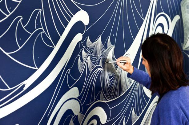 Коллективное граффити маркером на стене