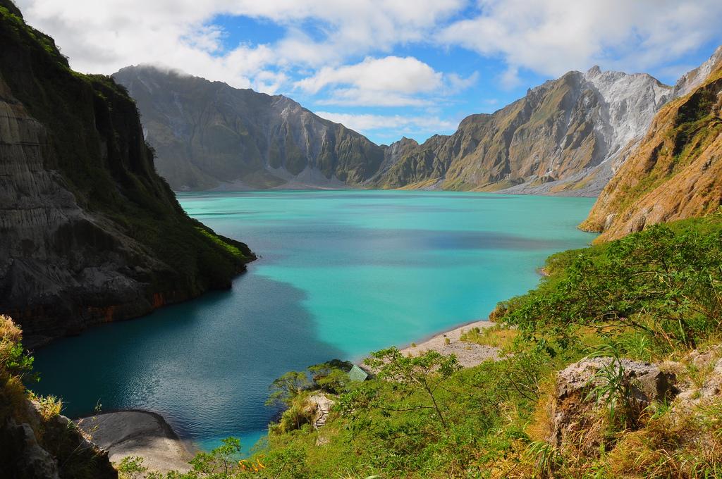 Кратерное озеро вулкана Пинабуто, Лусон, Филиппины.