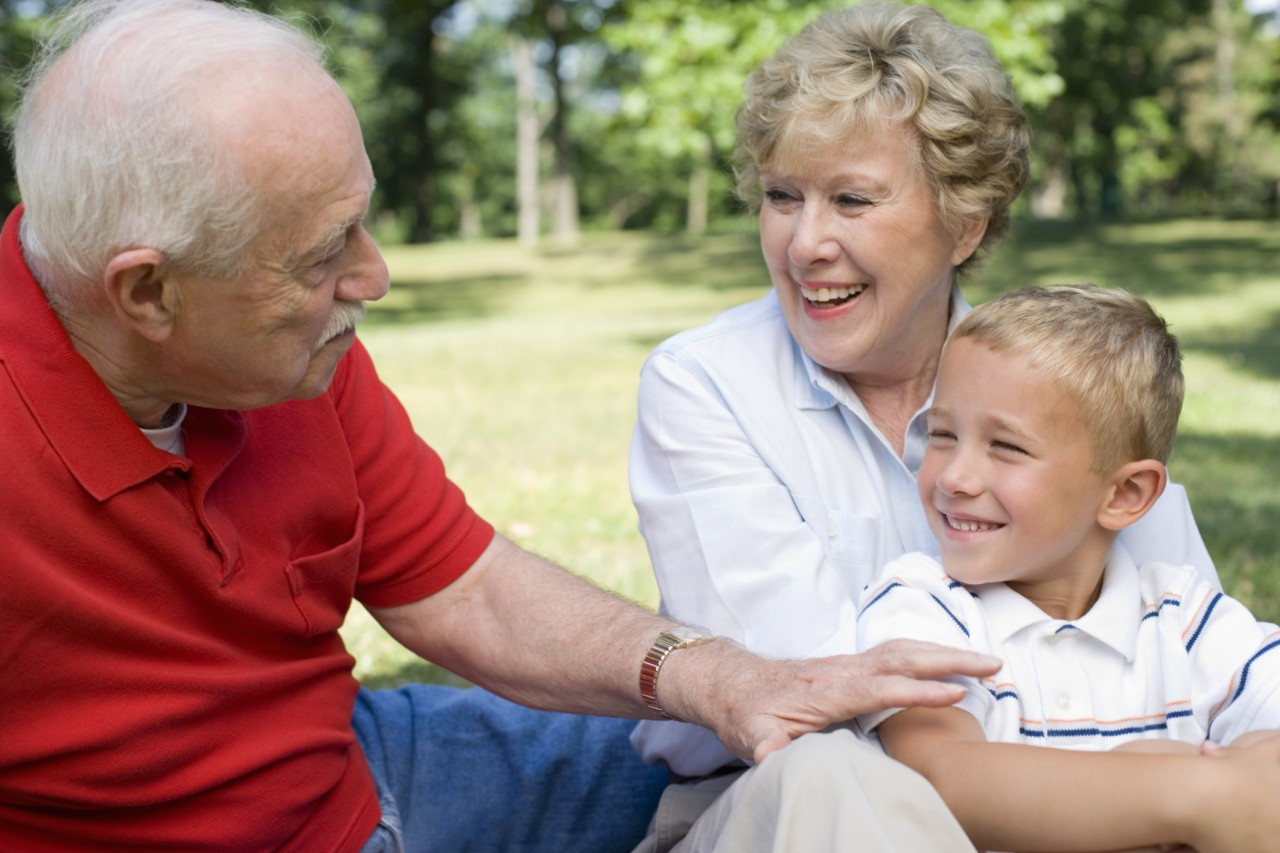 Стари дед купает родного внучку 4 фотография