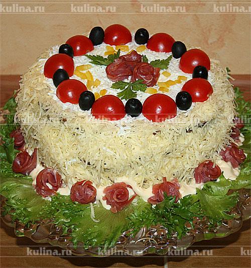 Когда весь торт собран, смазать его хорошенько майонезом со всех сторон. Бока посыпать тертым сыром, поверхность тертым белком. А дальше украшайте, как вам подскажет воображение. Торту дать постоять около часа, чтобы он пропитался, перед подачей нарезать на порционные куски. Приятного аппетита!