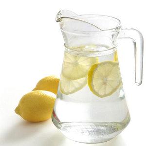 Несколько причин пить утром натощак воду с лимоном