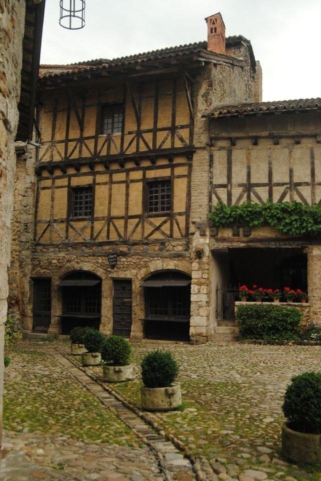 Средневековая деревня Перуж (Pérouges) во Франции