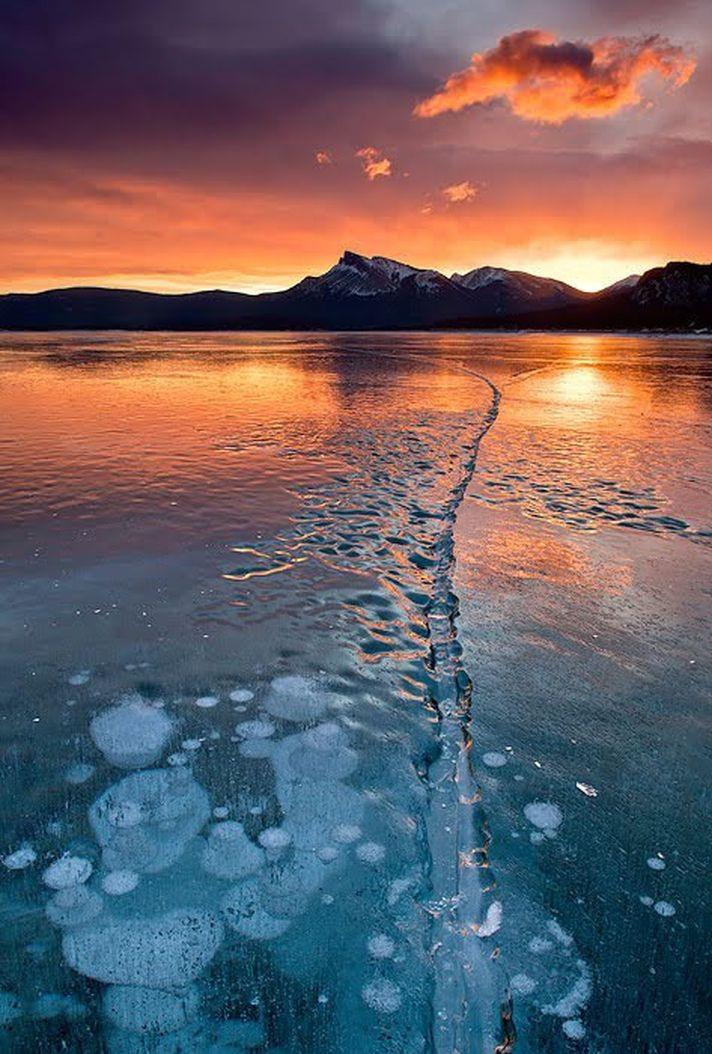 Замороженные пузырьки озера Авраам (Abraham Lake). Кто мне объяснит, что это за явление такое природы?