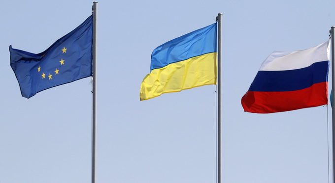 Flags of the European Union (L-R), Ukraine and Russia fly during the arrivals of leaders and delegations at an airport outside Minsk August 26, 2014. Russia and Ukraine said last Tuesday their presidents would meet together with top European Union officials in Belarus's capital of Minsk on August 26 to discuss their confrontation over Ukraine which has plunged relations to an all-time low. REUTERS/Vasily Fedosenko (BELARUS - Tags: POLITICS)