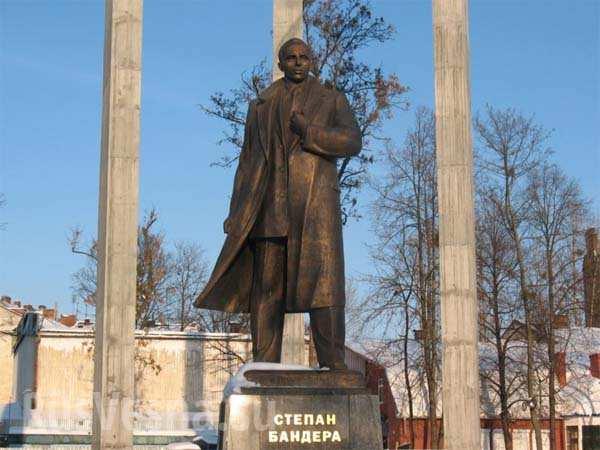 Памятник Бандере в Хабаровске