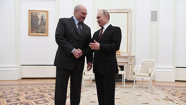 Лукашенко подарил Путину четыре мешка картошки и сало