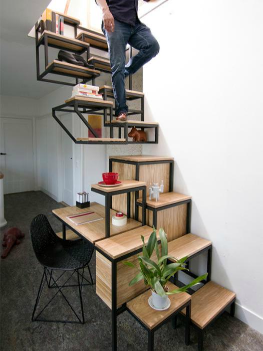 Лестница, сочетающая в себе компьютерный стол и множество полочек.