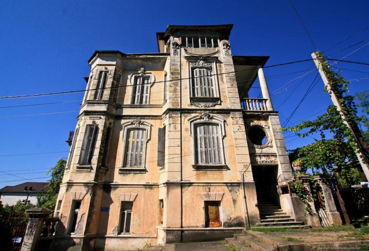 Старинный заброшенный особняк в Абхазии