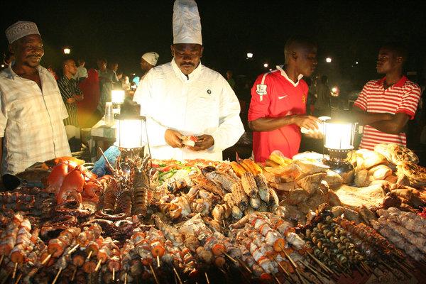 Ночной рынок в саду Фородани в Занзибаре, Танзания