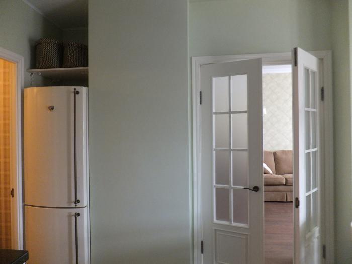 Интерьер кухни, белый двери на кухню, холодильник в нише