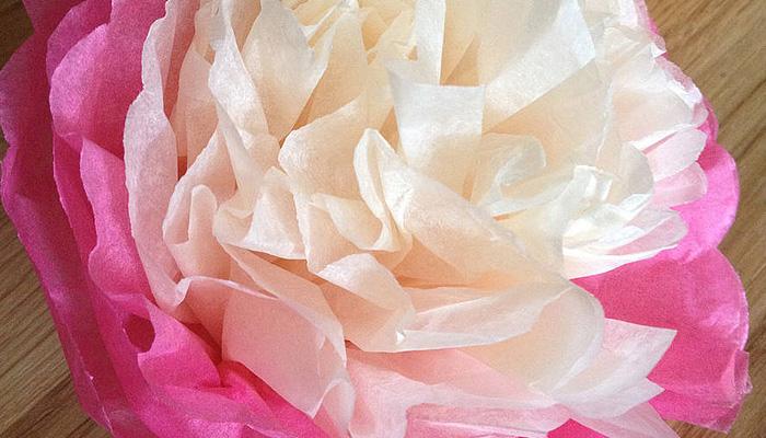 Бумажный цветок, который был сделан меньше чем за минуту.