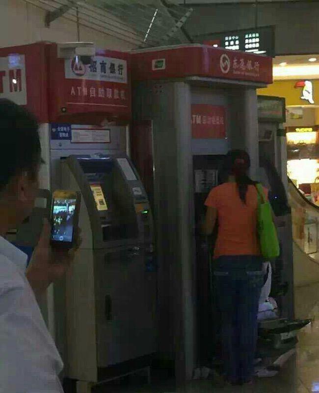 китаянка сломала банкомат, женщина разворотила банкомат, женщина разломала банкомат видео Китай