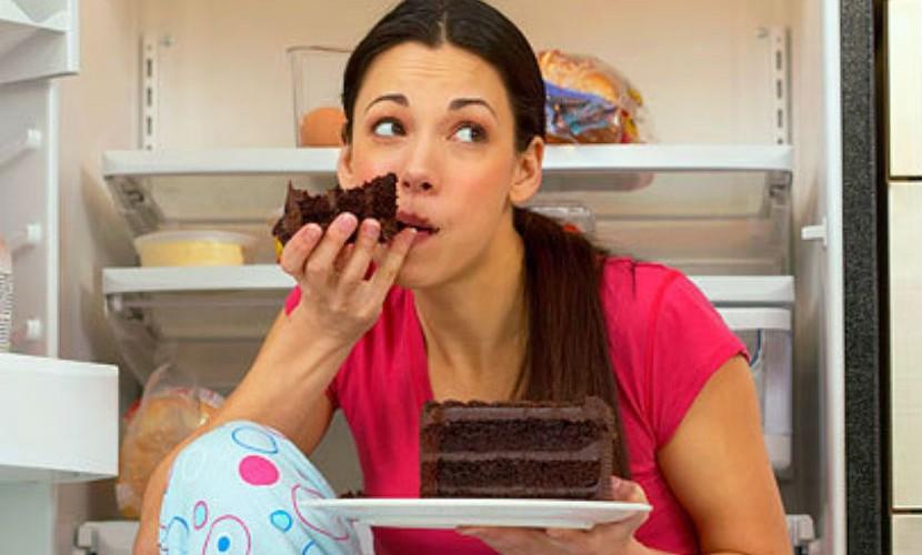 Одна ночь без сна вреднее полугода поедания фастфуда, – ученые