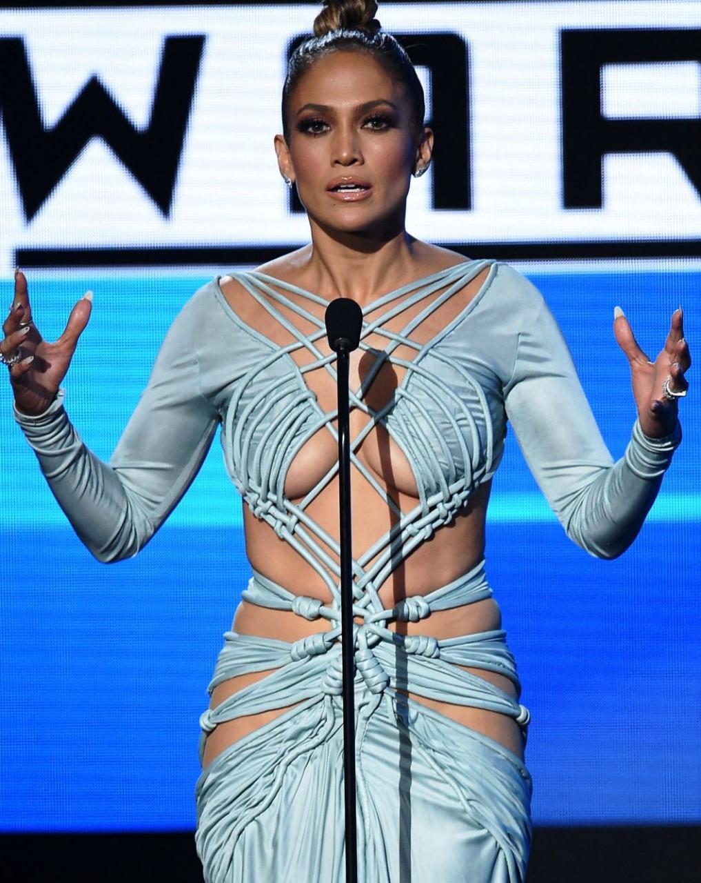 Церемония вручения American Music Awards 2015: лопнувший костюм испортил потрясающее шоу Дженнифер Лопес