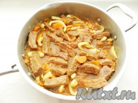 Когда мясо будет готово, добавить болгарский перец, очищенный от семян и нарезанный полосками, соль и специи по вкусу, перемешать.