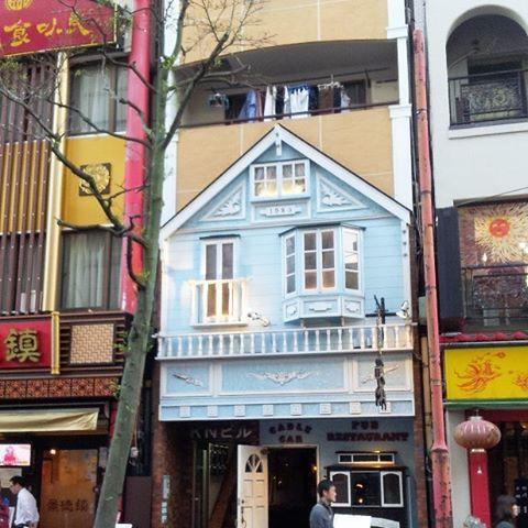 Внедрение нового, сохраняя старое здание. Так мило.. в мире, люди, прикол, япония