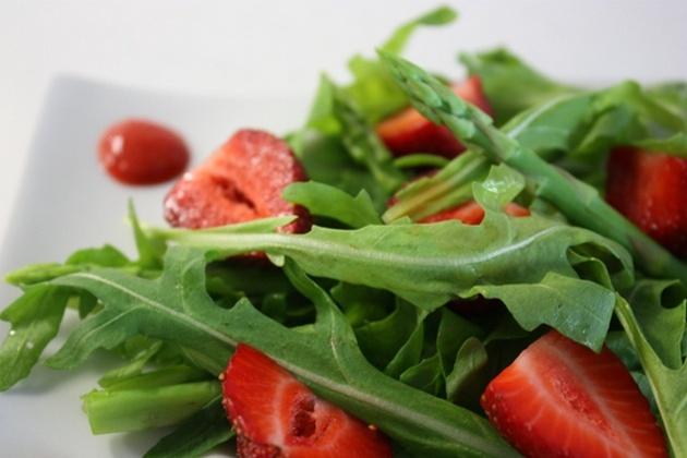 Вкусный салат с земляникой