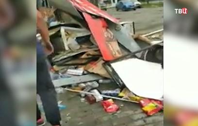 В Новосибирске Mercedes снес торговые киоски, один человек погиб