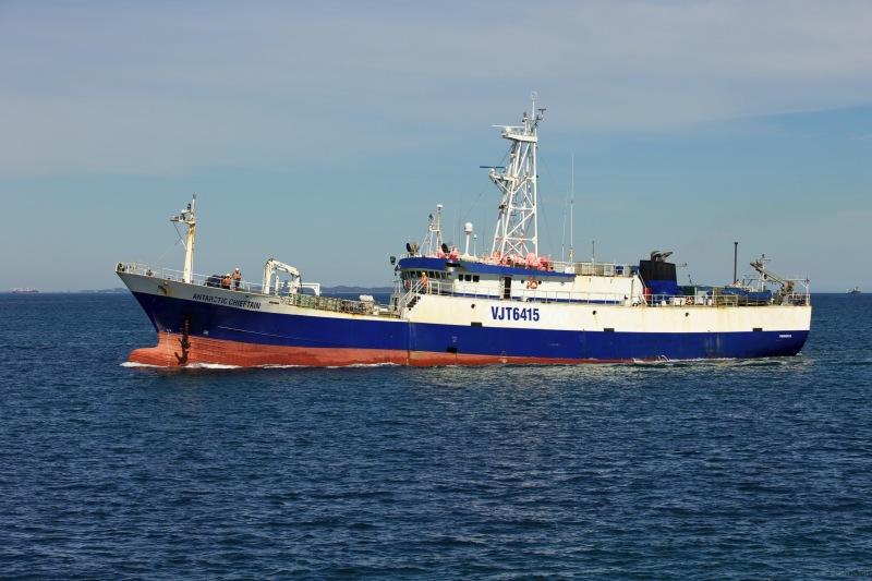 63-метровое рыболовное судно под австралийским флагом застряло во льдах Антарктиды. На борту 27 человек экипажа