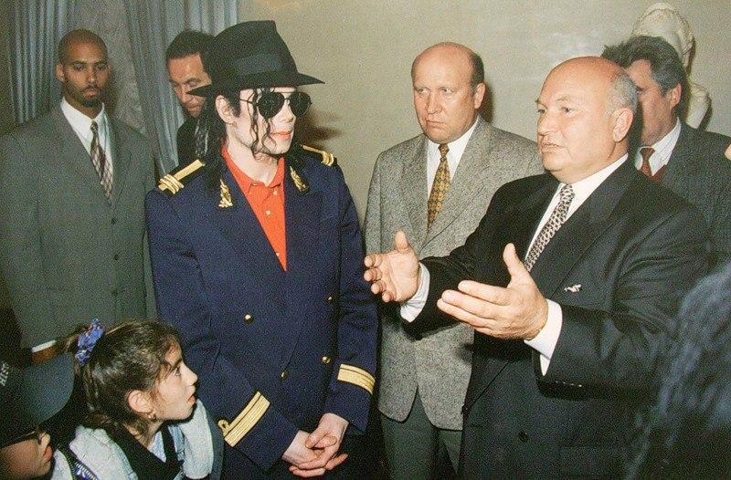 Юрий Лужков принимает Майкла Джексона в Белом зале Московской мэрии. 16 сентября 1996 года.