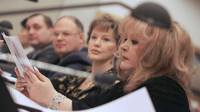 «Поскольку я человек честный, врать не могу, да и не хочу, поэтому редко общаюсь с прессой» В 2000-х годах Алла Пугачева увлеклась политикой: так, в 2005 году певица стала членом Общественной Палаты при президенте РФ, где занималась вопросами социального развития. А в 2009 году Пугачева во время пресс-конференции объявила о завершении своей гастрольной деятельности после прощального тура, который состоял из 37 концертов в 13 странах мира