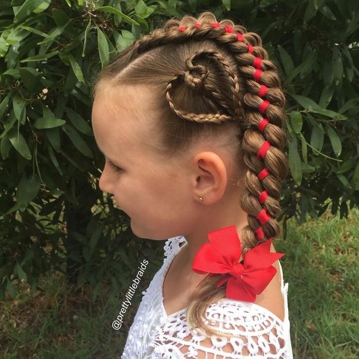 Эта мамочка плетет невероятные косы своей дочери каждое утро перед школой