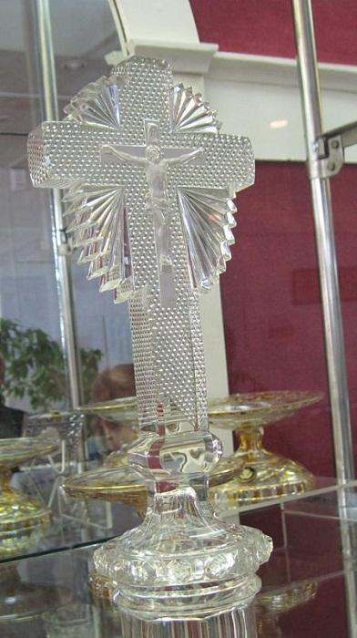 Хрустальное распятие. В толщу хрустального креста вплавлено маленькое фарфоровое распятие, 1830 годы