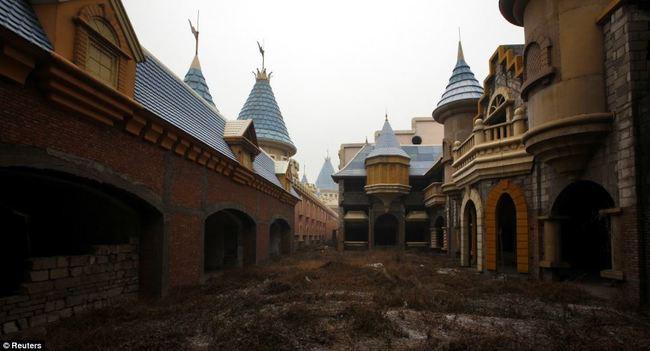Парк развлечений на окраине Пекина заброшенное, природа, разрушение, цивилизация