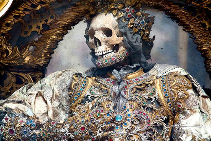 Удивительные скелеты, украшенные драгоценными камнями, найденные в Европе