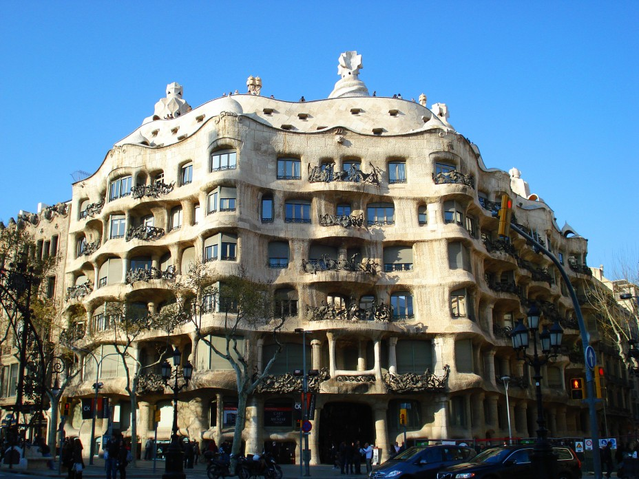 Дом Мила (Каса Мила) в Барселоне. Архитектор Антонио Гауди