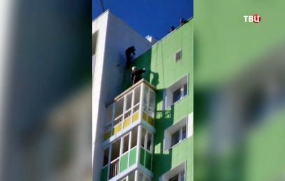 СК начал проверку после обнаружения девочки на козырьке балкона в Уфе