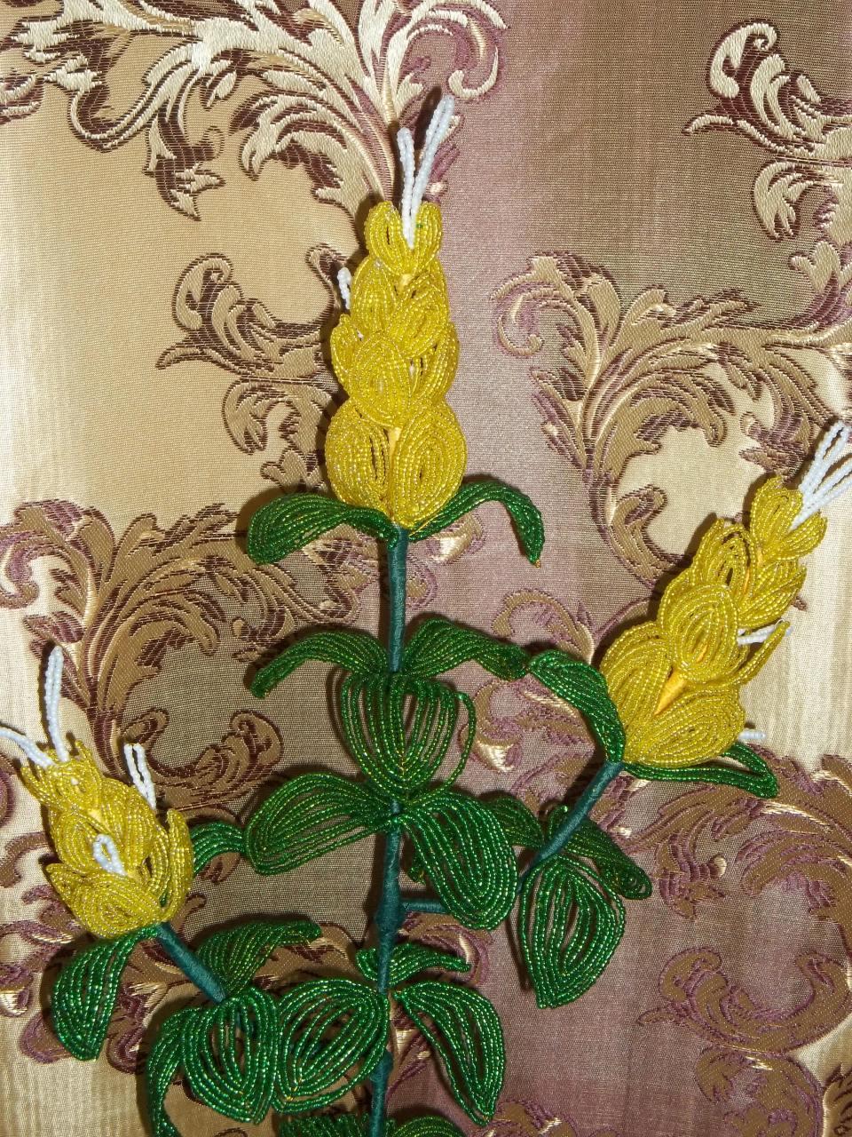 Желтый цветок из бисера фото