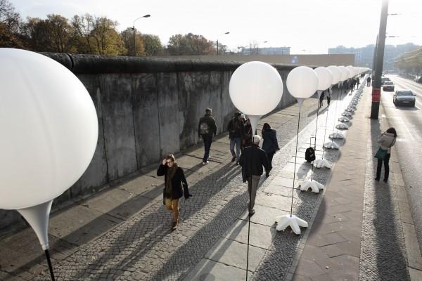 8000 воздушных шаров образуют так называемую «границу света»