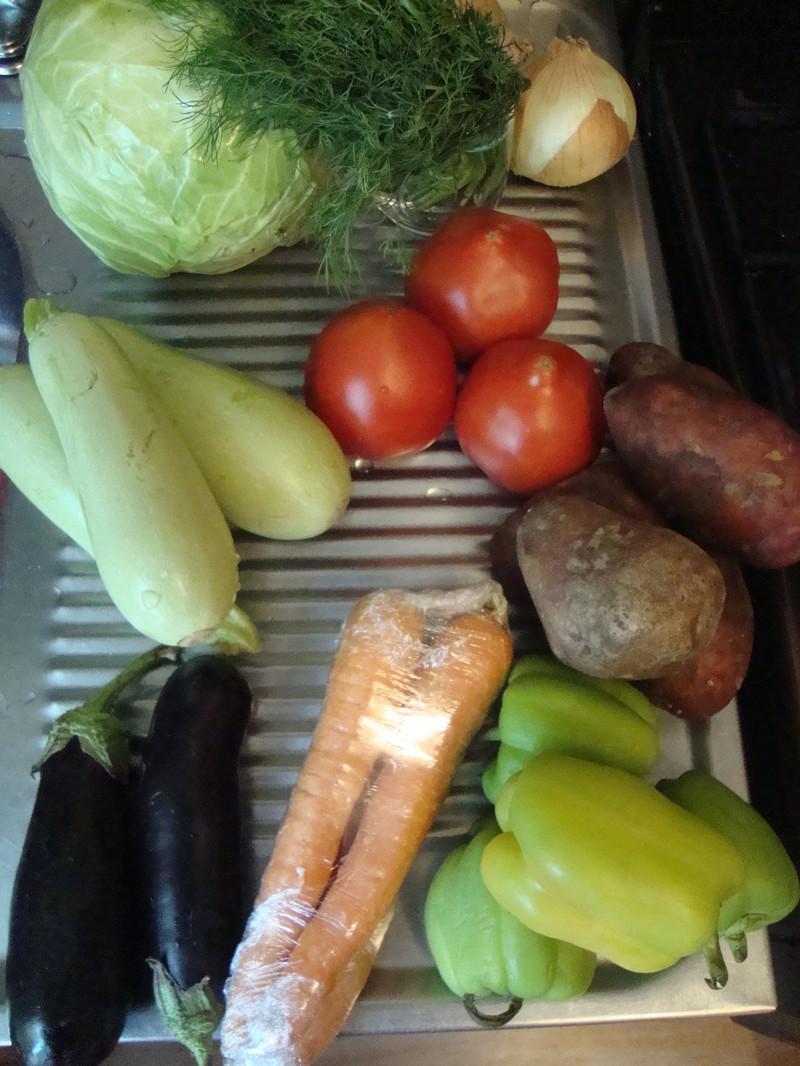 Любимая купила овощи и мясо. Кабачки, баклажаны, помидоры, лук, морковь, картофель, капусту, сладкий перец и пучок укропа еда, своими руками