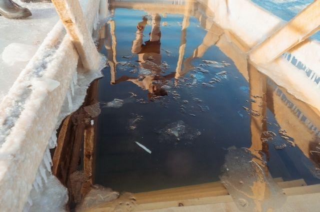 Сотрудники консульства США во Владивостоке окунулись в прорубь на Крещение