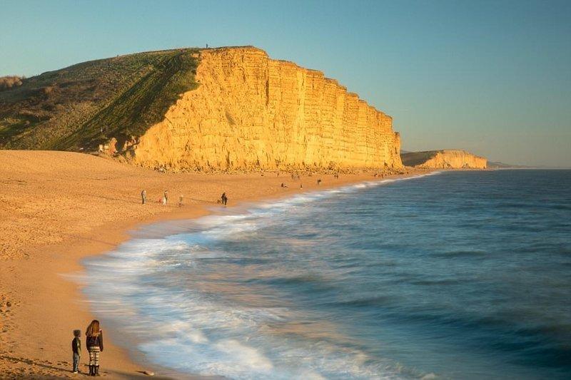 9. Возвышающиеся скалы, золотые пески и чистейшая вода этой бухты каждый год привлекают сотни туристов в мире, красивые места, мир, неожиданно, пляж, путешествия, туризм, фото