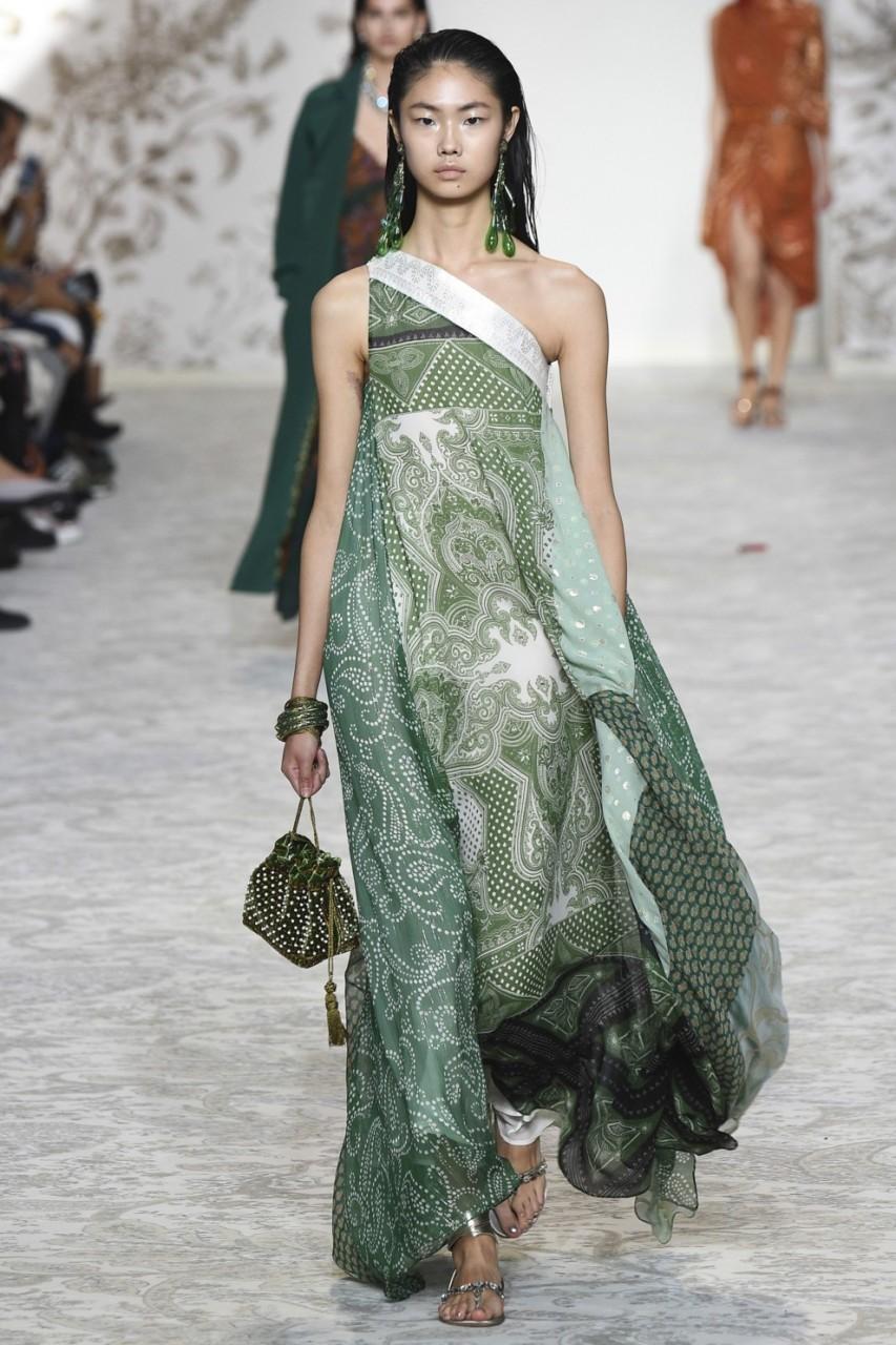 Тренд: шелковая одежда из платков