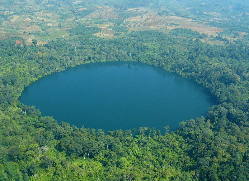 Кратерное озеро Як Лоум, Ратанакири, Камбоджа.