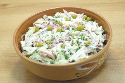 Перемешать и посолить по вкусу. Выложить в салатницу.