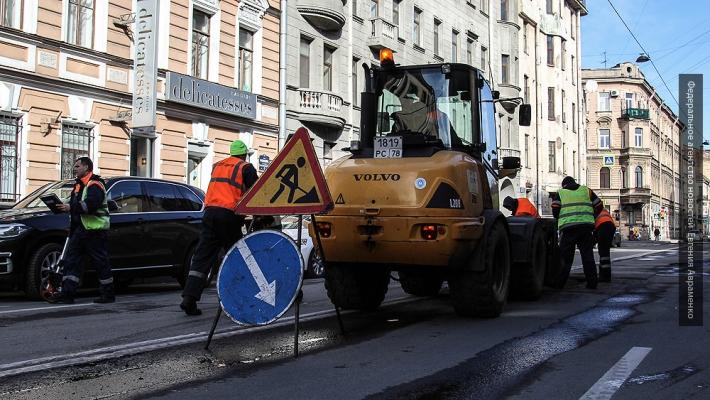 Дорожники Петербурга рассказали, зачем укладывают асфальт в снег