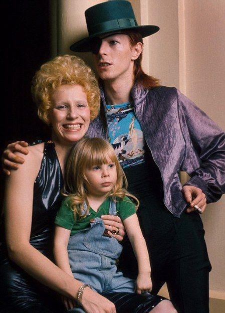 1051 David Bowie с своей первой женой и дочкой.jpg