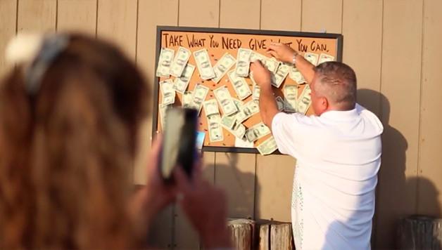 Парень прикрепил к щиту несколько долларов и то, что случилось потом, удивило не только его