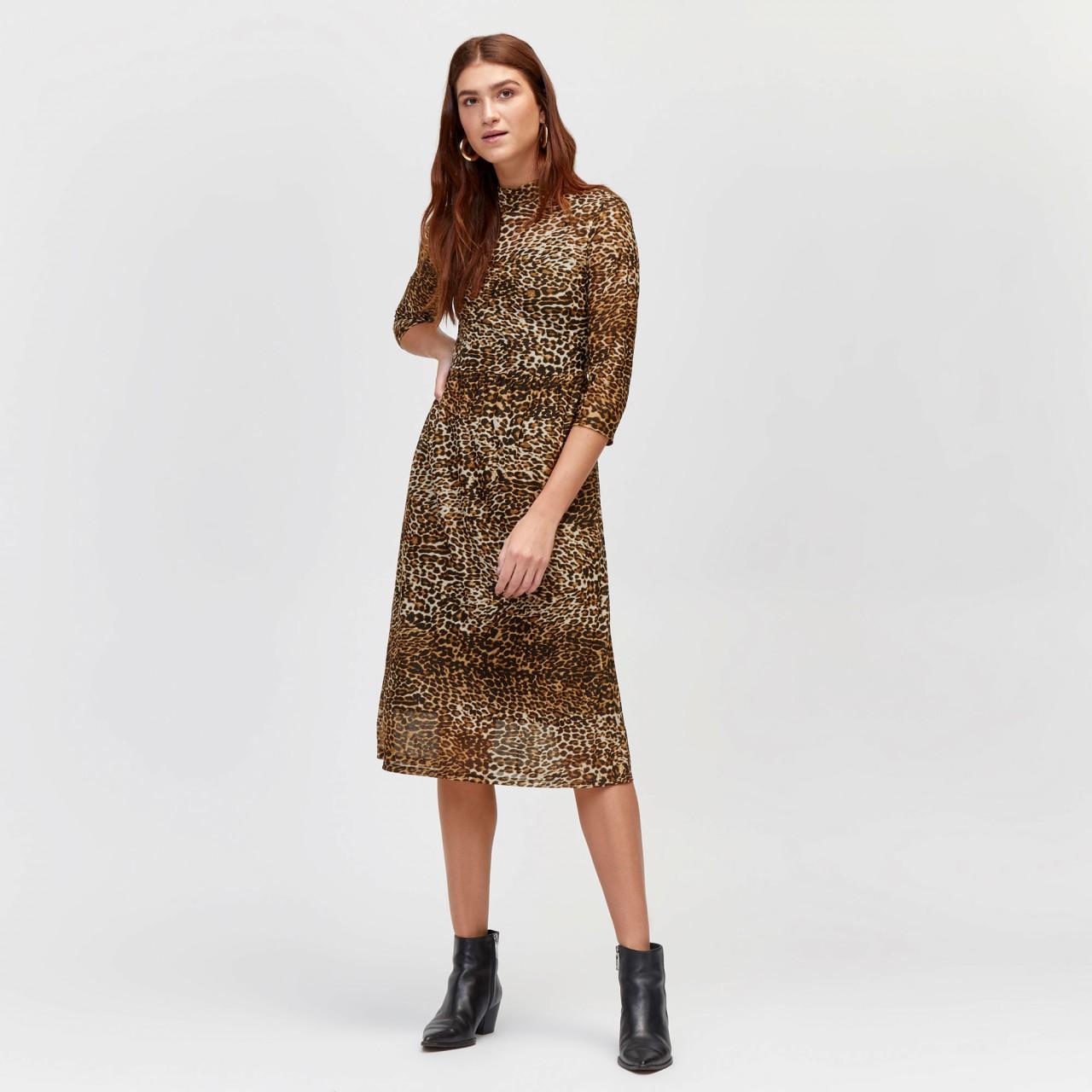 Модель в приталенном платье с леопардовым принтом