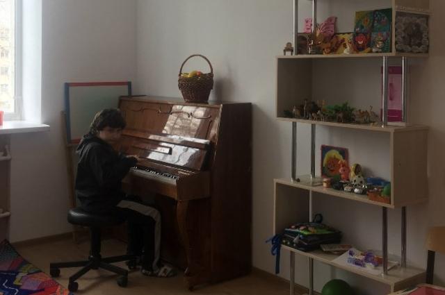 А ещё у мальчика музыкальные способности – может воспроизвести на слух любую мелодию.