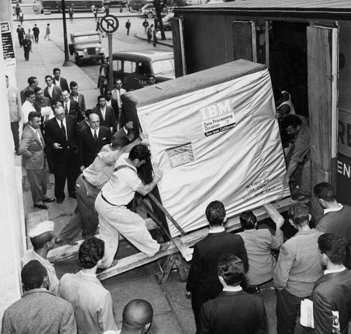 Доставка 5-мегабайтного диска от IBM, 1956 год.