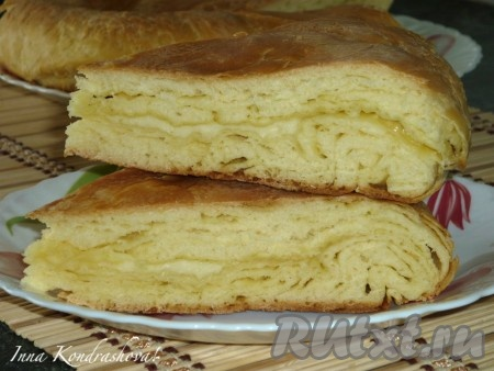 Хачапури с сыром можно подавать на стол.