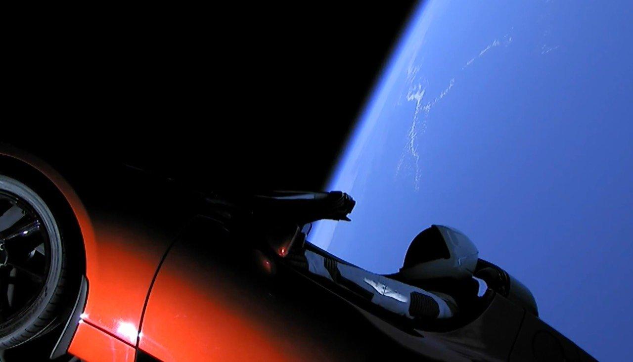 SpaceX запустила в космос ракету Falcon Heavy. С машиной Tesla внутри!